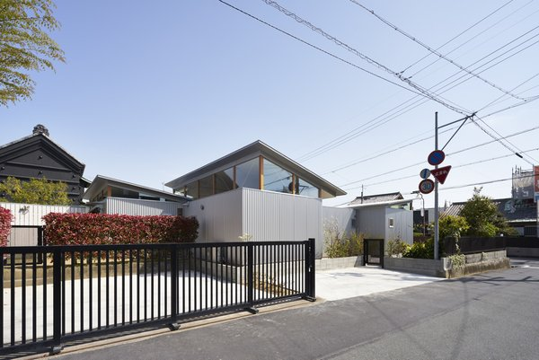 Photo 3 of House with Gardens and Roofs by Arii Irie Architects modern home