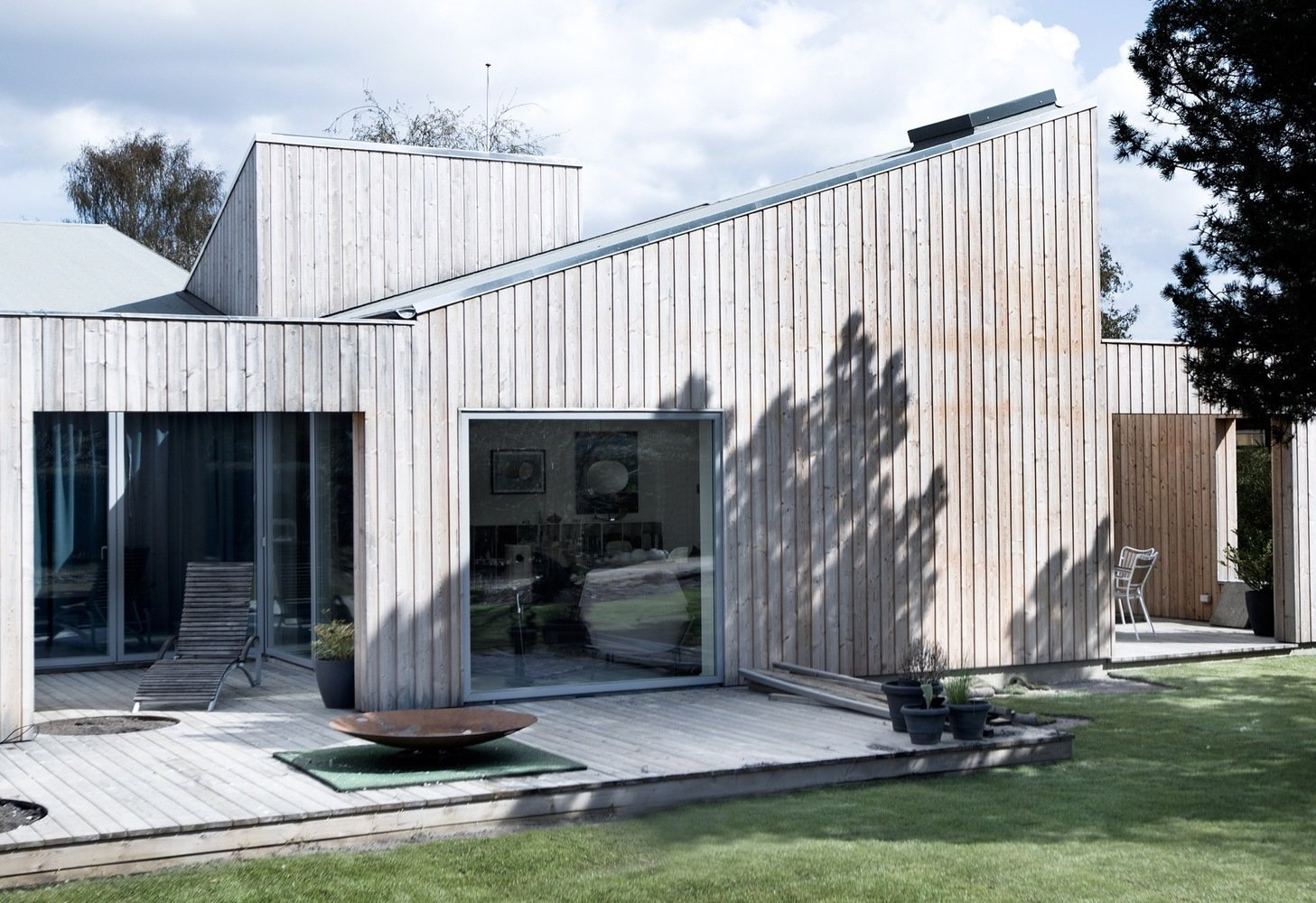 Backyard Tagged: Wood Patio, Porch, Deck, Small Patio, Porch, Deck, Decking Patio, Porch, Deck, Exterior, House, and Wood Siding Material. The Roof House by Leibal