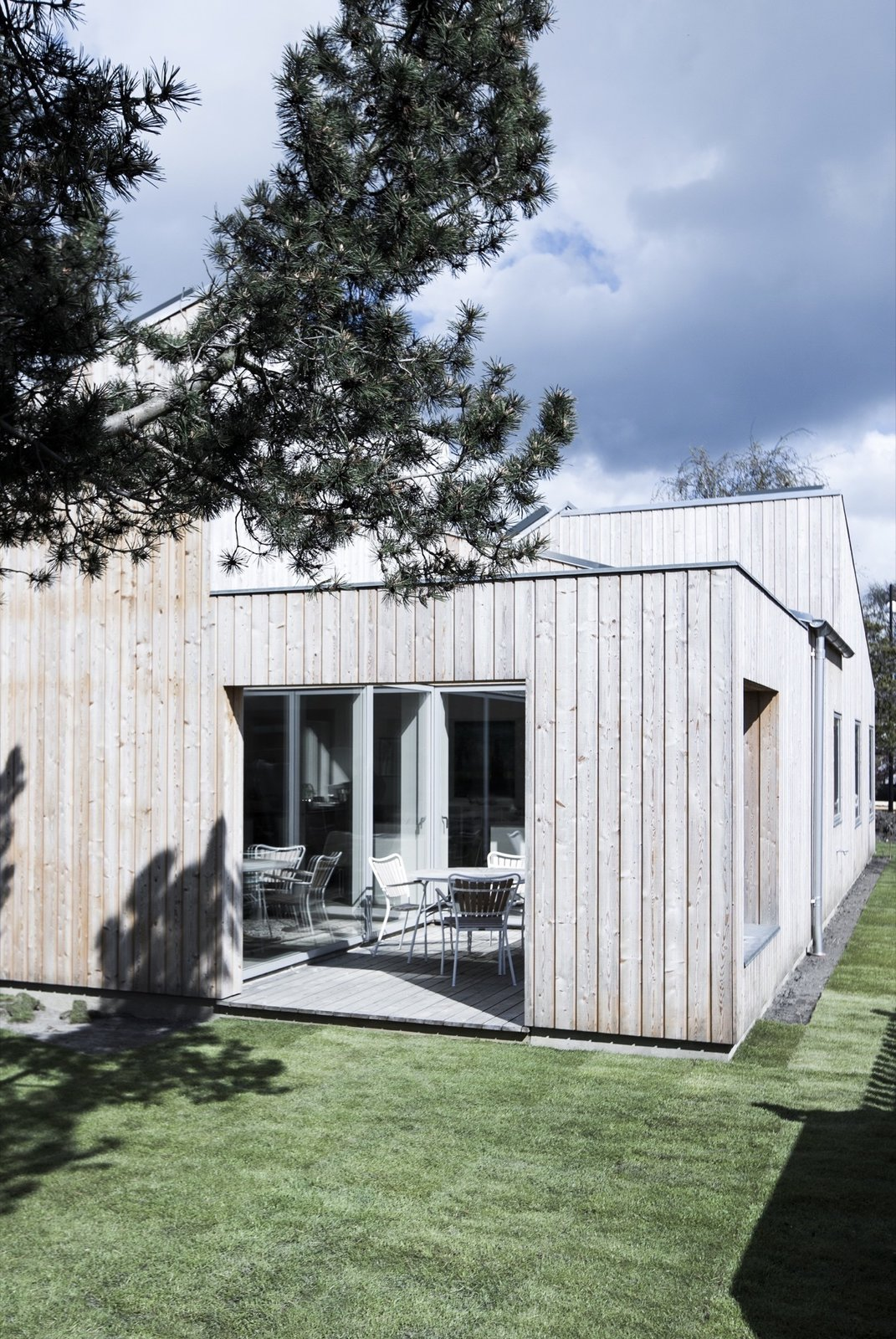 Tagged: Grass, Small Patio, Porch, Deck, Wood Patio, Porch, Deck, House, and Outdoor.  The Roof House by Leibal