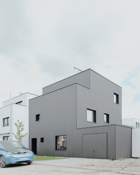 Modern home with outdoor and front yard. Photo 6 of Haus B