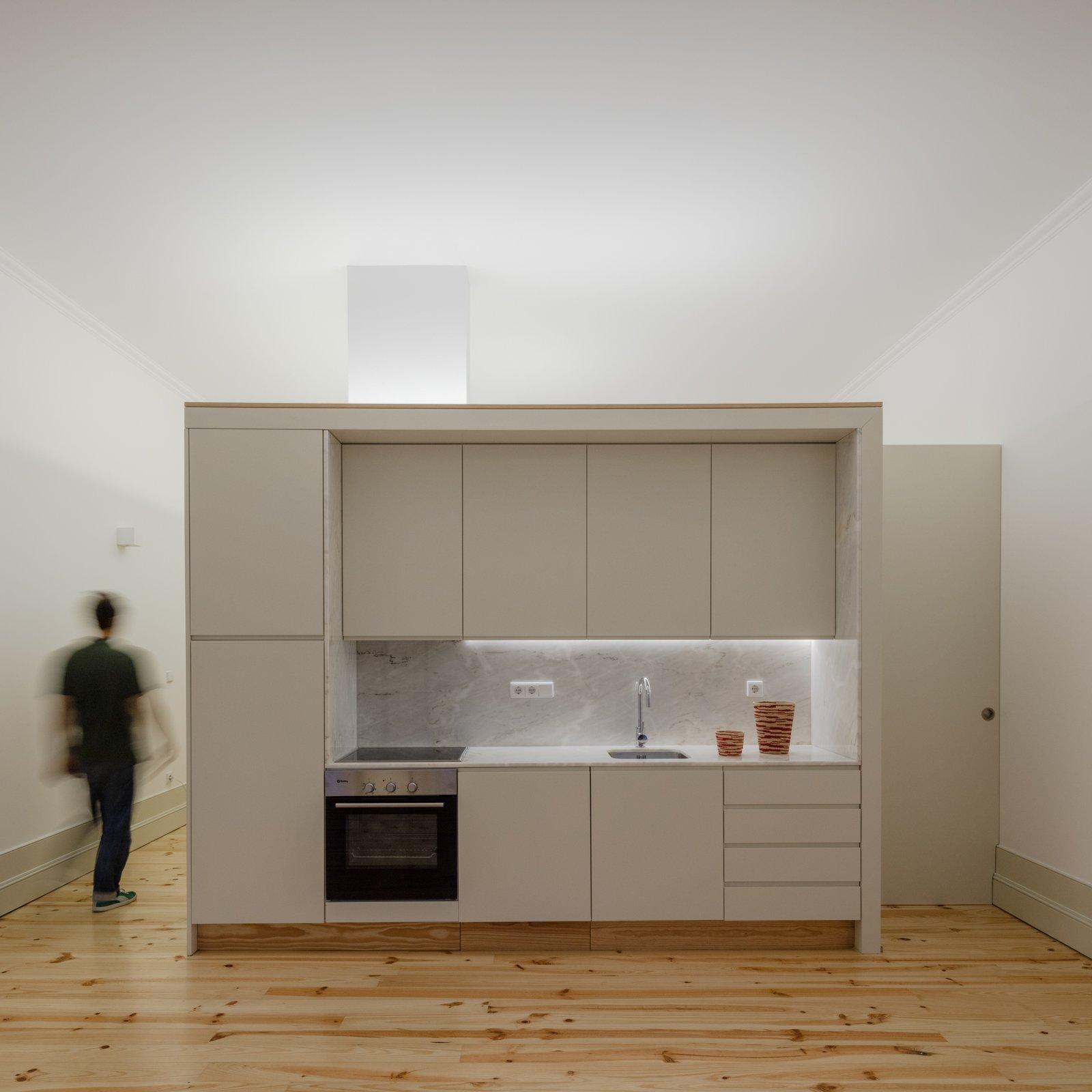 Tagged: Kitchen, Light Hardwood Floor, White Cabinet, Marble Counter, and Marble Backsplashe.  Rua da Boavista by Leibal