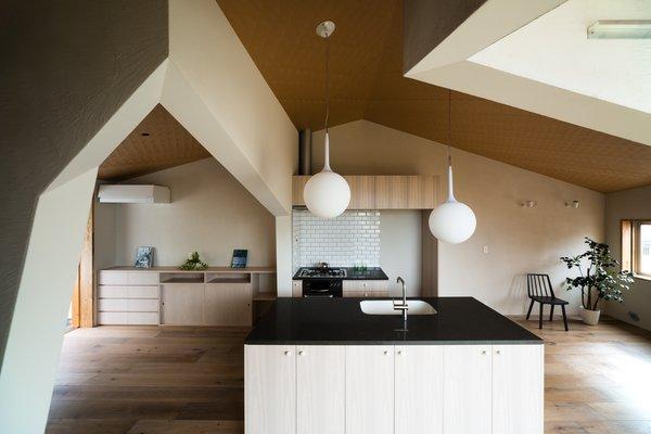 Modern home with kitchen, pendant lighting, medium hardwood floor, granite counter, subway tile backsplashe, and undermount sink. Photo 8 of ROROOF vol.2