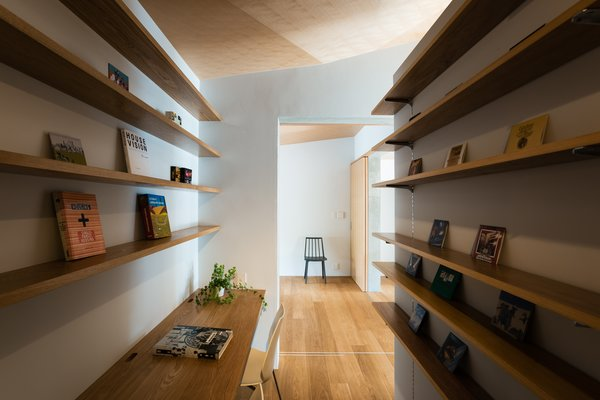 Modern home with office, shelves, chair, study, and medium hardwood floor. Photo 6 of ROROOF vol.2