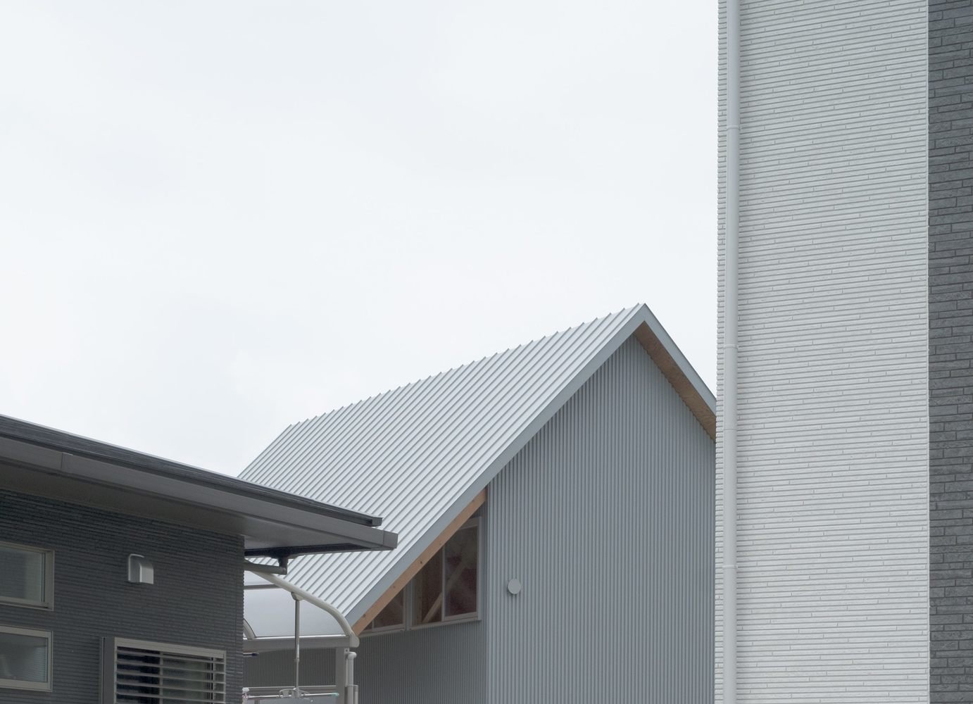 House in Bungotakada is a minimal architecture project located in Oita, Japan, designed by Yabashi Architect & Associates. The owner wanted a spacious and bright space that would also accommodate guests. In order to lower costs, the architects chose to create split-level segmented programs. The split levels would divide the space without the use of partitions or walls. In doing so, each space is opened up to another, allowing light and wind to flow throughout the entire home.  Architecture by Leibal