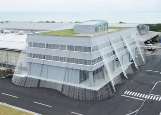 The cutting edge earthquake resistance technology uses carbon fiber and draws inspiration from a technique of braiding ropes which is indigenous to this part of Japan. The fiber rod is said to be ten times stronger than iron—and this was the first time that this material has been used as a means of reinforcement against earthquakes.