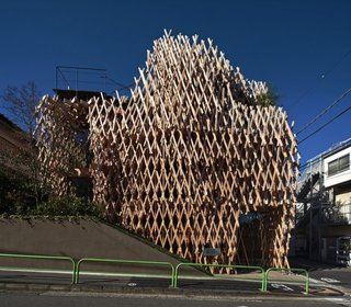 """Architect Spotlight: 12 Works by Japanese Architect Kengo Kuma - Photo 6 of 12 - Using a traditional Japanese construction called """"Jigoku Gumi,"""" Kuma created a nest-like structure out of Hinoki (Japanese cypress), which enables natural light to stream into the cafe—creating a bright and airy interior."""