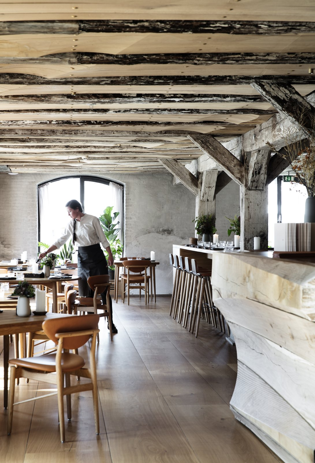 Upon entering the restaurant, guests are met with a warm oak floor, which is in contrast to the rough texture of the original stone walls.