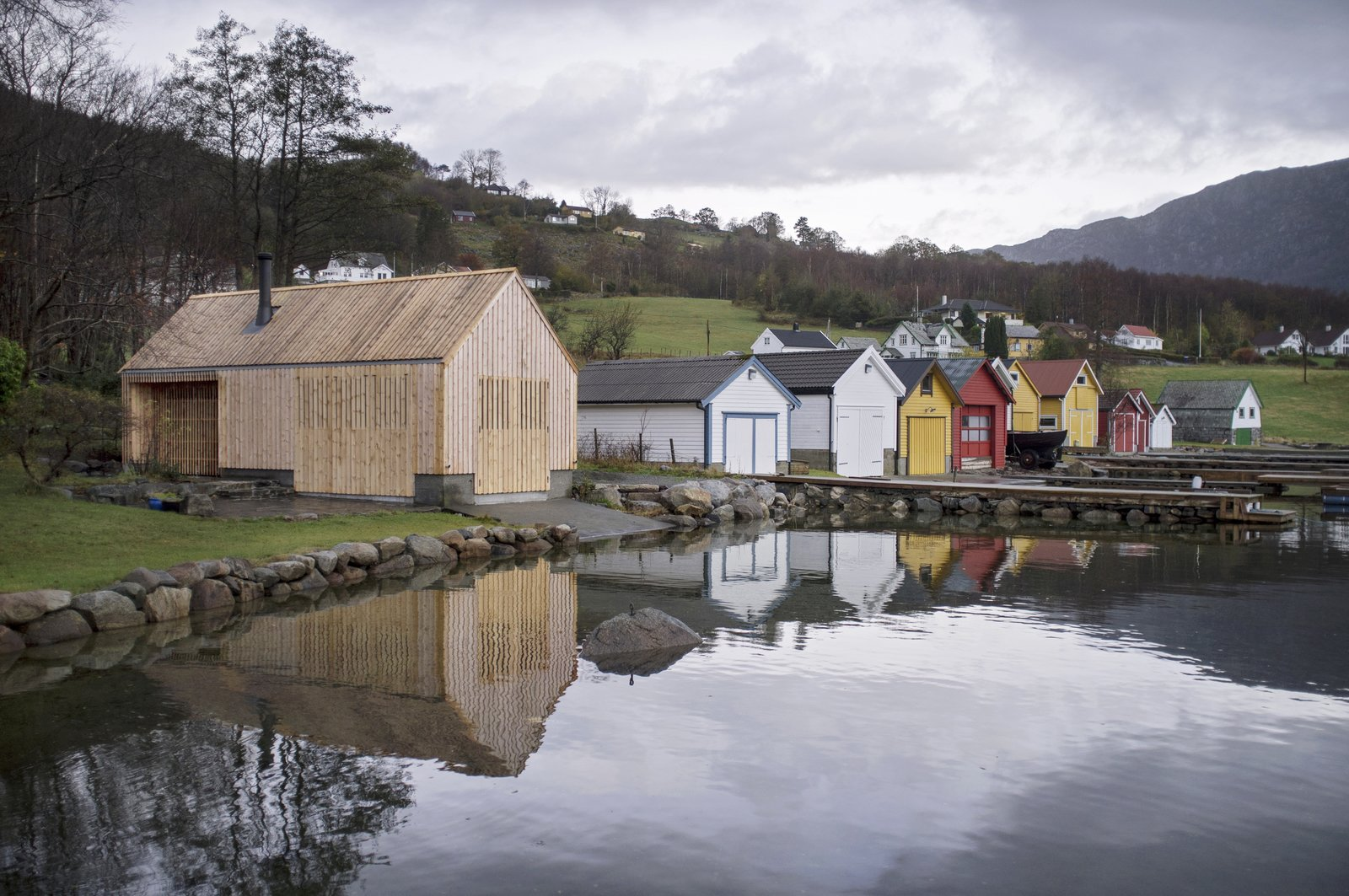 Koreo Arkitekter + Kolab Arkitekter created a modern boathouse in local timber in Vikebygd, Norway which fits perfectly into the traditional contecxt of its location.