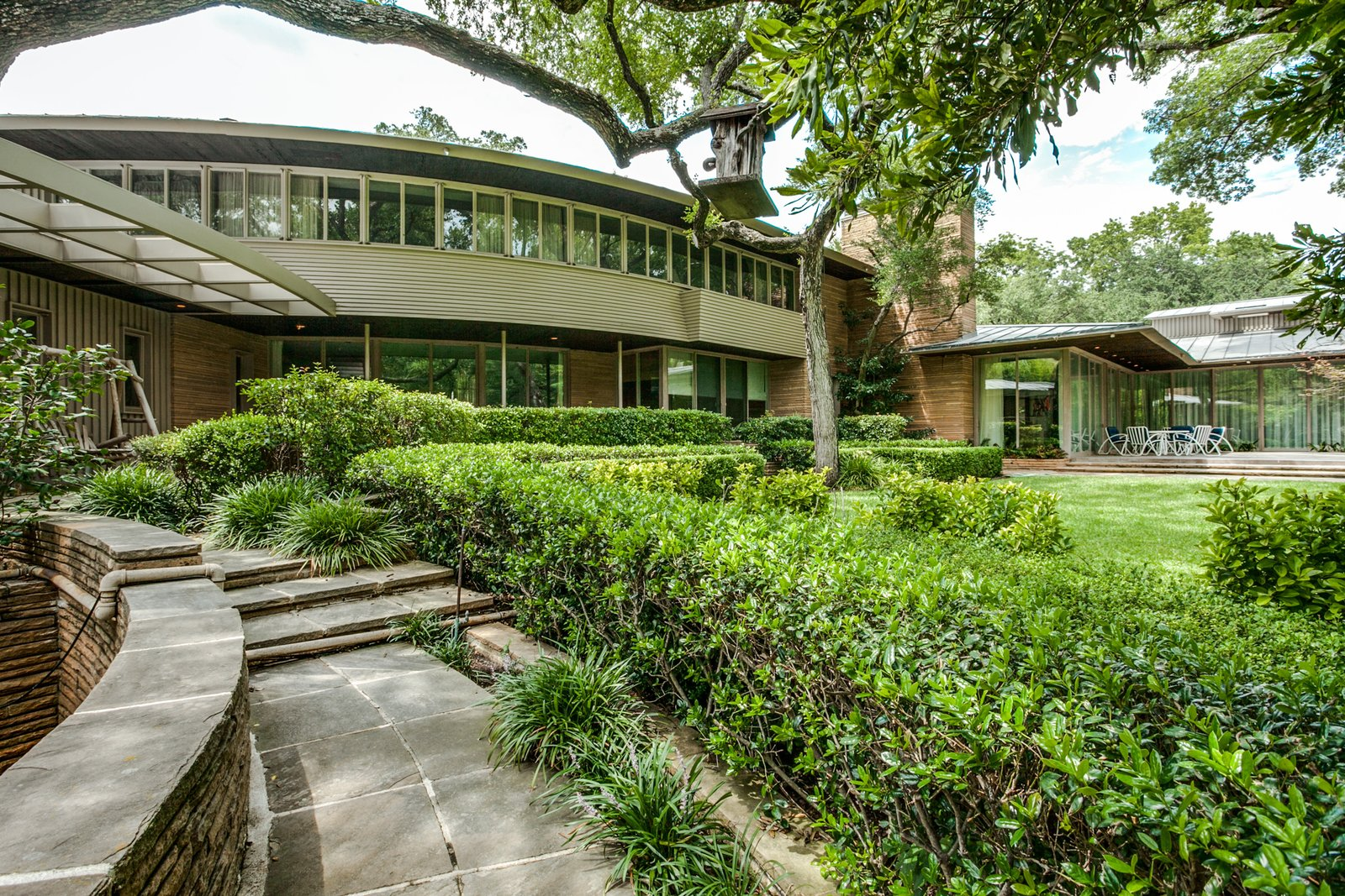 a frank lloyd wright inspired waterfront masterpiece in dallas is up for auction dwell. Black Bedroom Furniture Sets. Home Design Ideas