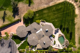 Own William Krisel's Palm Springs Pod House For $2.5M - Photo 16 of 18 - An aerial view of the property clearly illustrates the five attached pods.