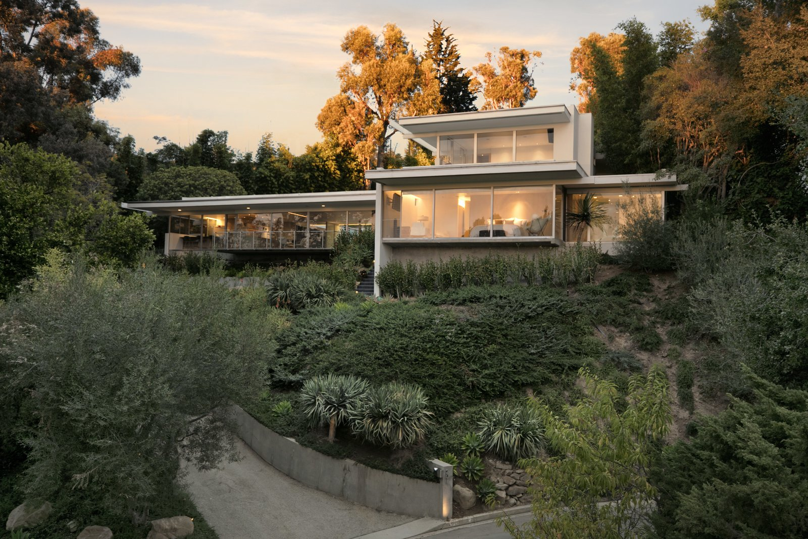 A Restored Midcentury Jewel By Richard Neutra Hits The