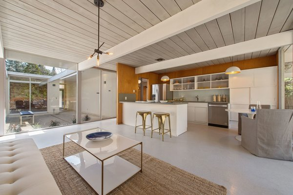 The kitchen is bright thanks to the central atrium and the open-plan design.