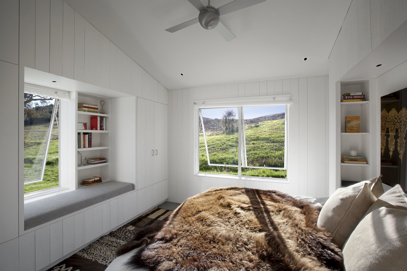 #TurnbullGriffinHaesloop #interior #bedroom #windowseat Tagged: Bedroom and Bed.  Hupomone Ranch by Turnbull Griffin Haesloop Architects