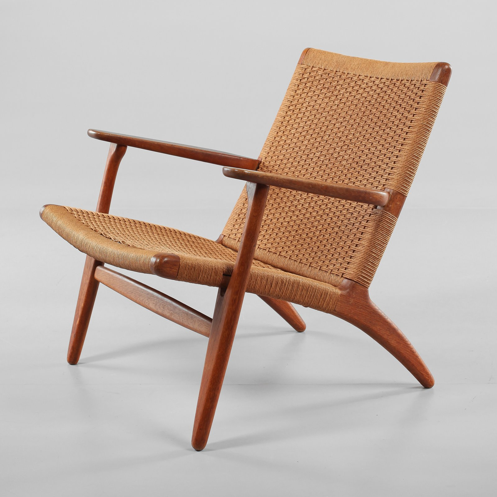 CH25 Lounge Chair by Hans Wegner.  Photo Bukowskis. lounge chairs by pulltab