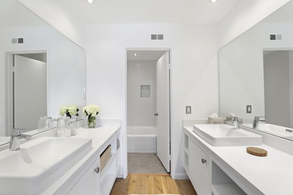 Modern home with bath room. Photo 12 of Newport Crest HAUS