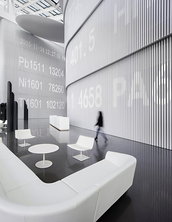 A ticker runs along the wall, superimposing digitally the work done in physical space. Chinese design firm Hallucinate created a futuristic office for Maike Group - Photo 3 of 4