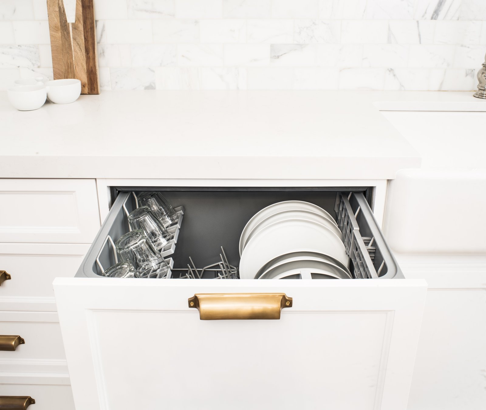 Nine wash cycles vary from delicate to heavy duty; a flow-through detergent dispenser and 163°F water help sanitize dishes.