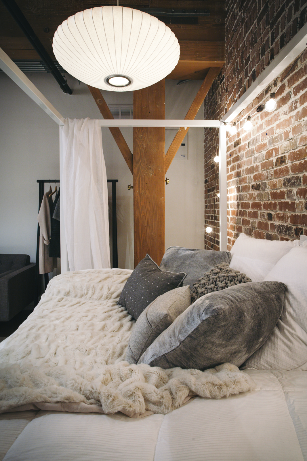 A George Nelson Saucer Lamp hangs over the bedroom.