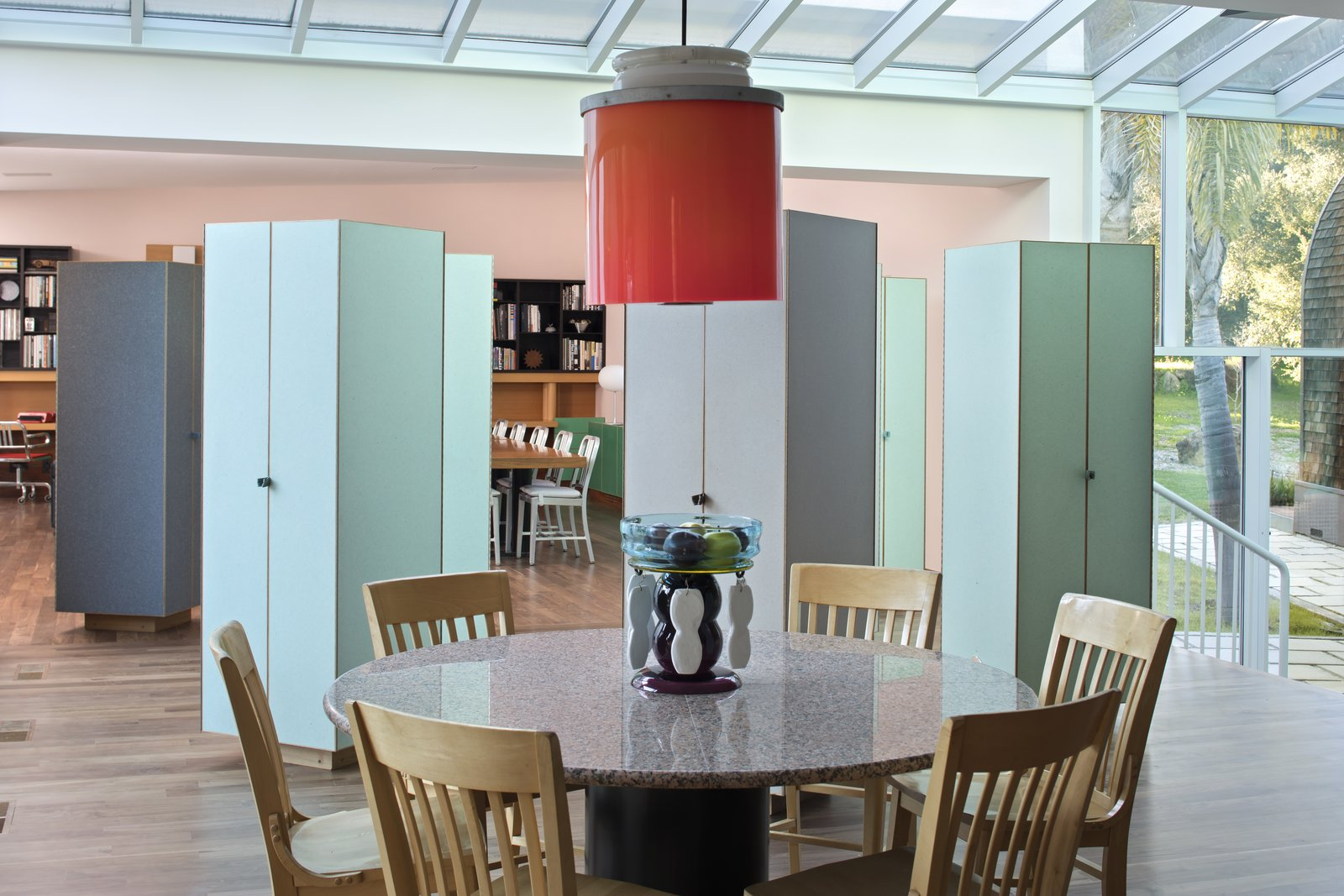 Kelley requested a loft-like space for the main living area, but this idea was also jettisoned by Sottsass. Instead, he installed several cabinets made of plastic laminate made to look like rice paper between the living room and the kitchen. Passing from one area to another, guests move through them as though weaving through a forest. Sottsass told The New York Times,
