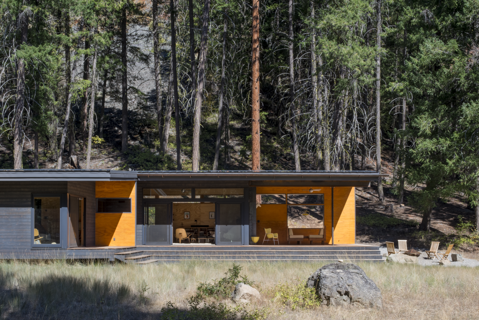 A Lean Cabin in Washington Dismantles the Indoor/Outdoor Divide - Photo 3 of 10