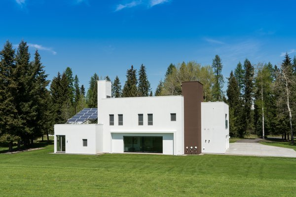 Modern home with outdoor, back yard, trees, and grass. Photo  of 534 Twin Bridges Road