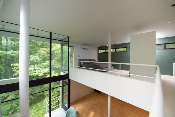 Modern home with bedroom and bed. Photo 7 of Hanselmann House
