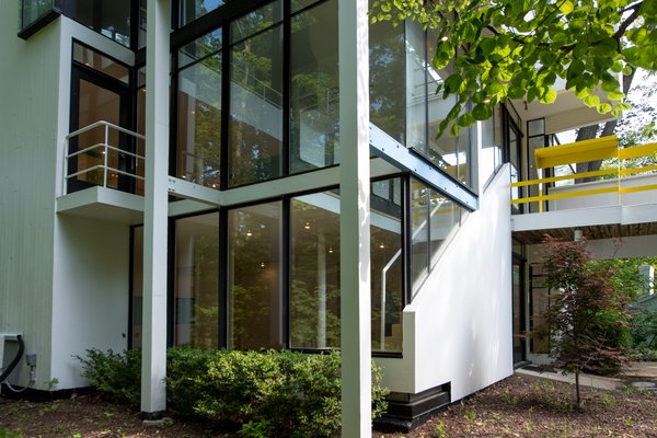 Modern home with outdoor and shrubs. Photo 11 of Hanselmann House
