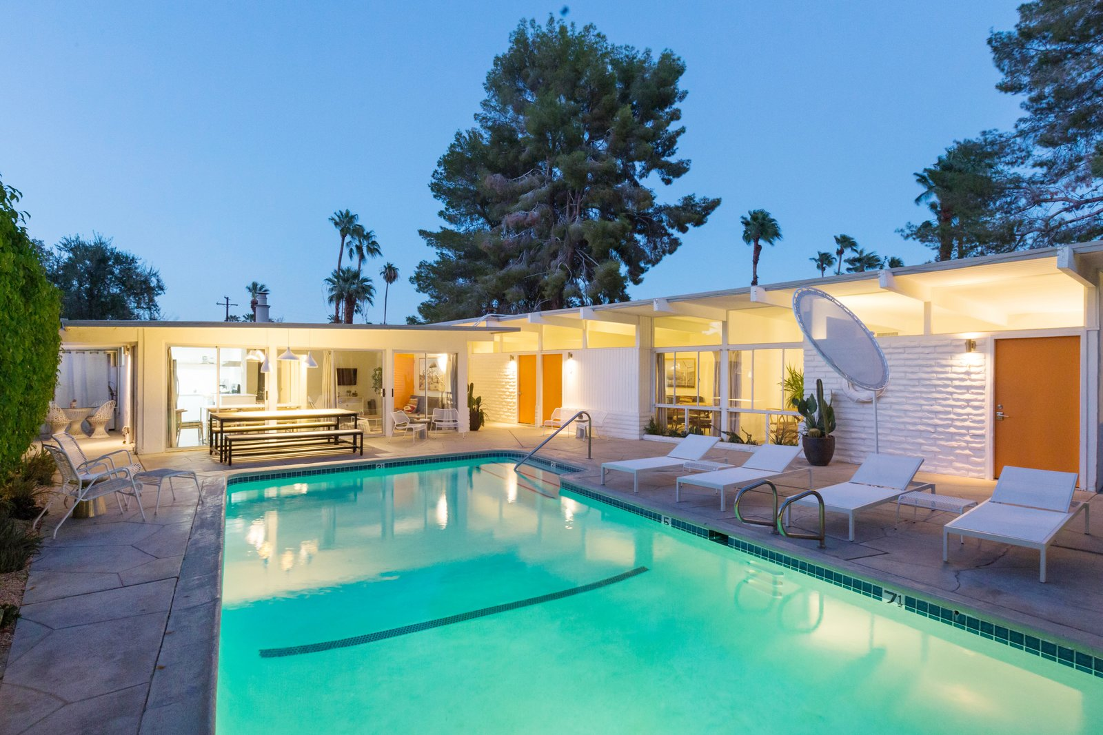 Photo 11 of 12 in A Celebrated Palm Springs Hotel Asks $1.8M