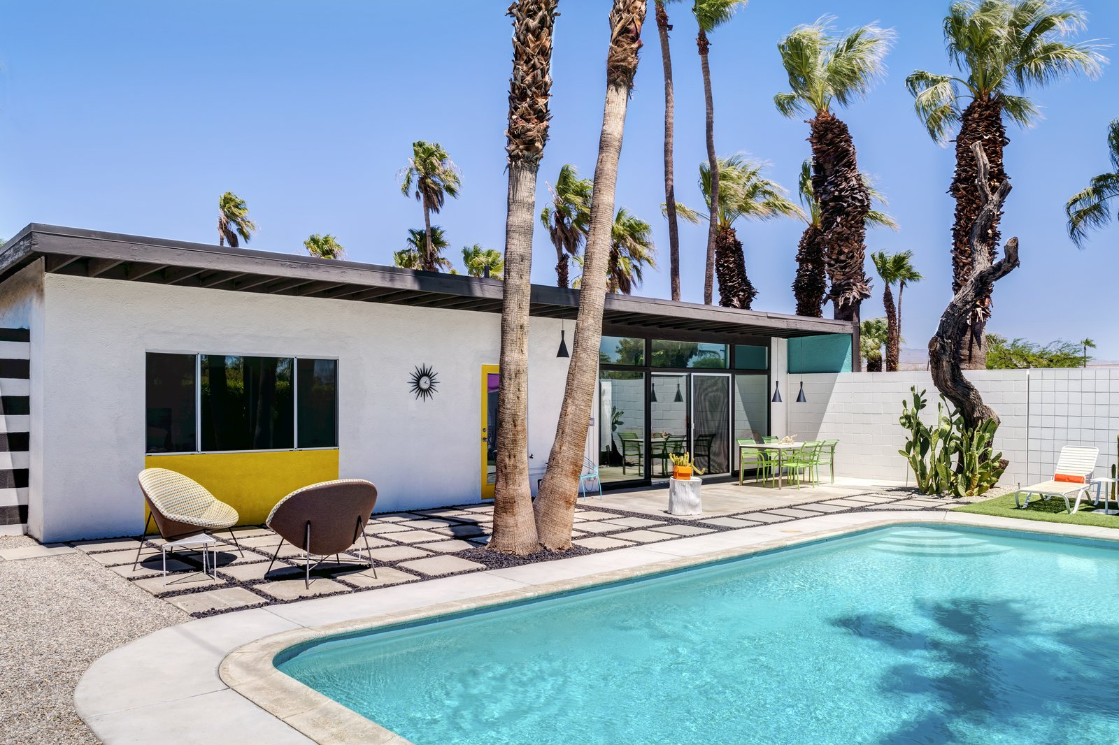 A Donald Wexler-Designed Midcentury Home in Palm Springs Asks $599K - Photo 10 of 11
