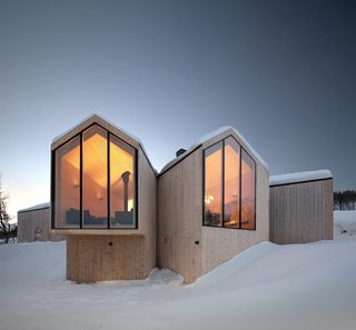 Designed by Reiulf Ramstad Arkitekter for a family of four, the Split View Mountain Lodge is a holiday home near the village of Geilo, Norway. The main volume splits out to form additional annexes that frame individual views of the surrounding mountains.