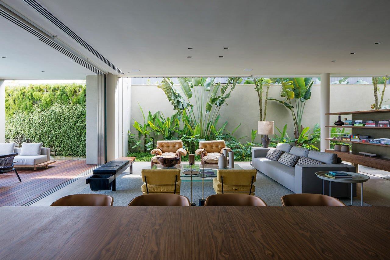 Photo 4 of 14 in A Modern Beachfront House in São Sebastião, Brazil