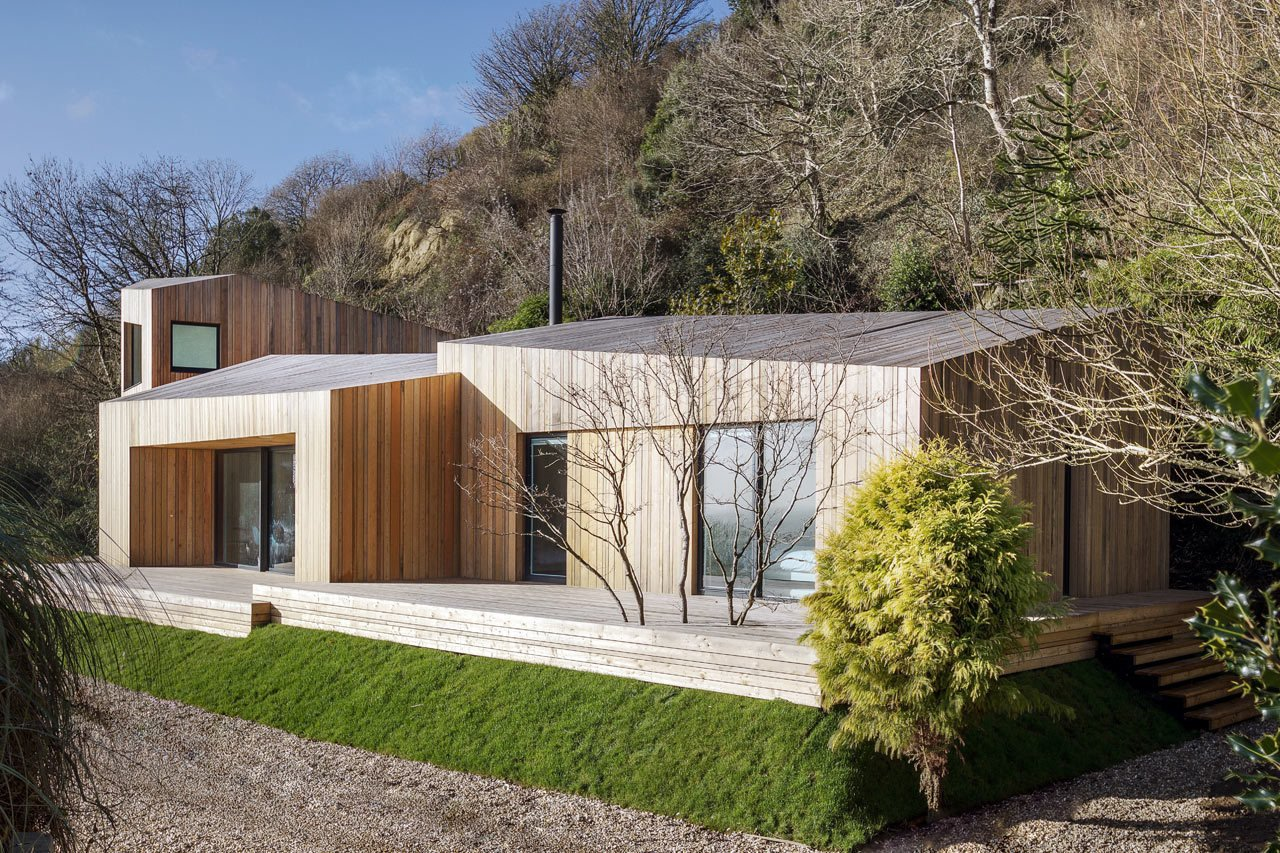 Tagged: Exterior, Wood Siding Material, and Cabin Building Type.  Photo 3 of 19 in A Modern Holiday Home on a Cliff on the South Coast