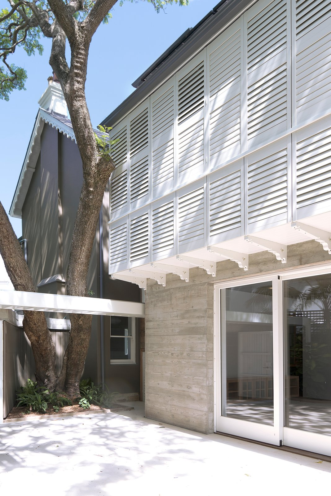 On the fringes of the City of Sydney, trees, heritage and modern architecture share the tight space offered to them and commune happily. A Homestone Pellegrino sandstone provides a luminous courtyard, bouncing light upward. Homestone © Edward Birch Loggia in Arcadia by Luigi Rosselli Architects