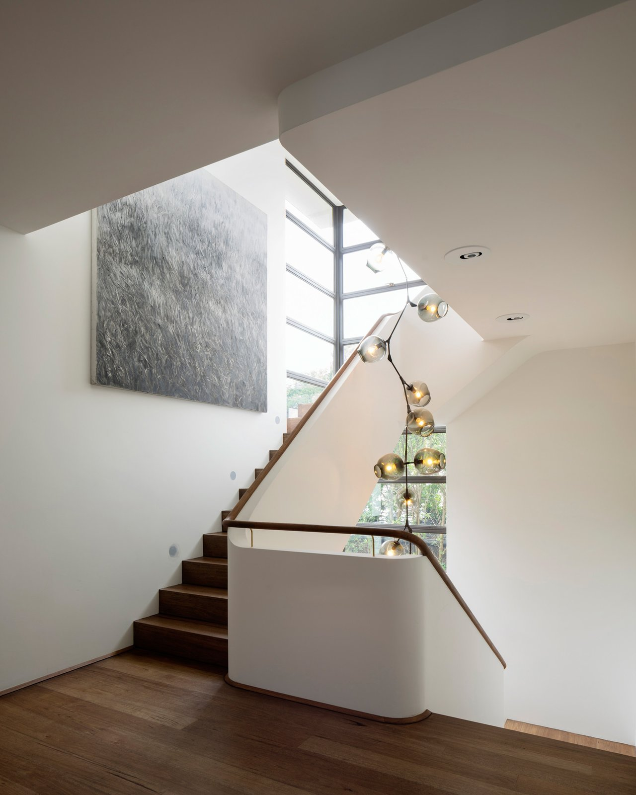 The seven metre tall Lindsey Adelman chandelier dominates the stairwell. Light projectors, concealed in the suspended ceiling, illuminate the artwork. www.lindseyadelman.com © Justin Alexander