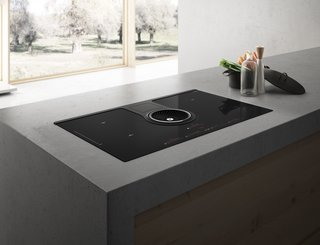 Kitchen News and Trends from Cologne - LivingKitchen 2017 - Photo 3 of 7 - NikolaTesla is the first induction cooktop with a fully integrated air suction system. The central fan, a cooker hood perfectly integrated into the cooktop itself, guarantees high performance in terms of fume capture, silence and energy efficiency.