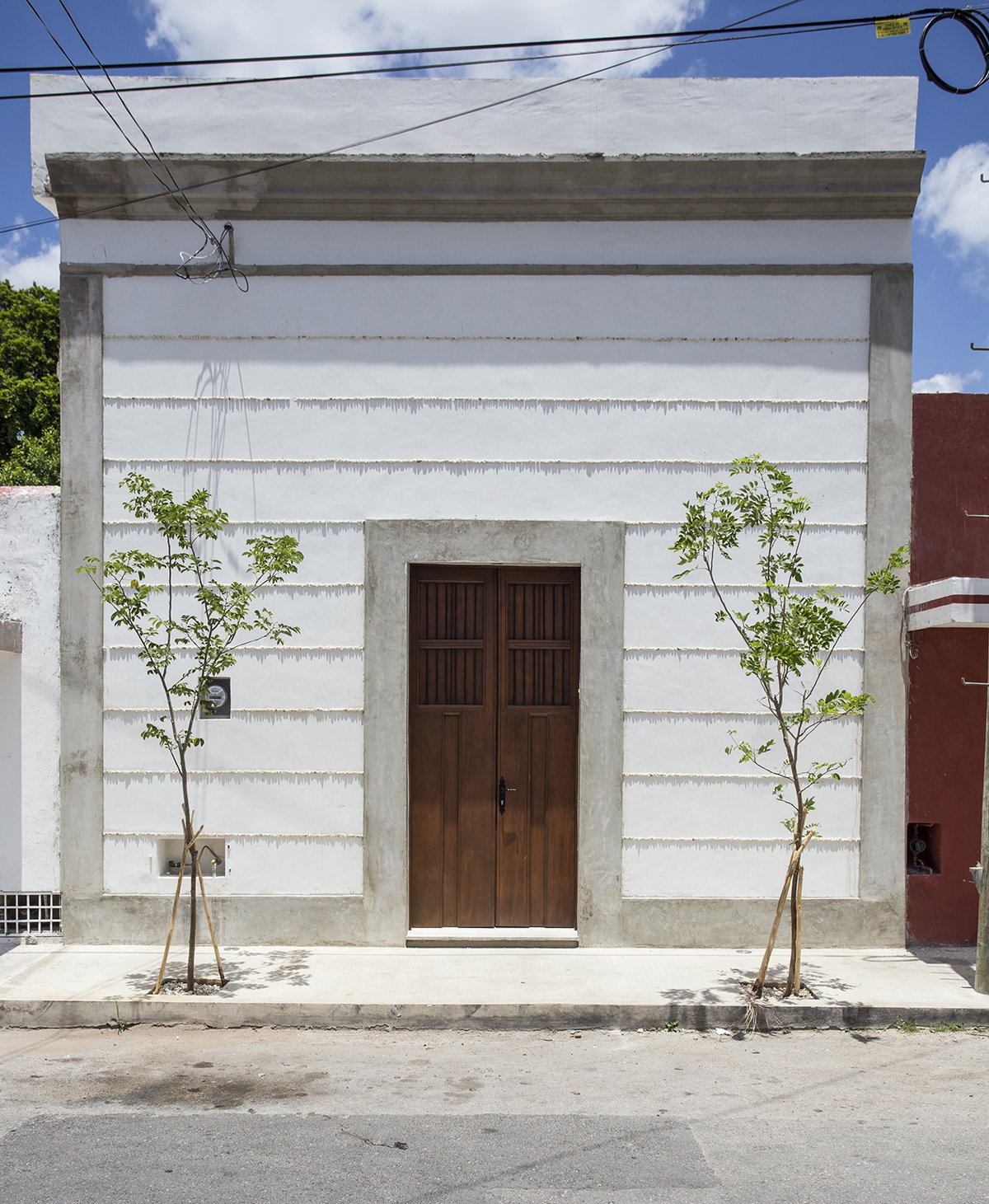 The simple facade from the street doesn't reveal the light , Airy and contemporary space behid the door!  Lemon Tree House by Taller Estilo Arquitectura S de R.L de C.V