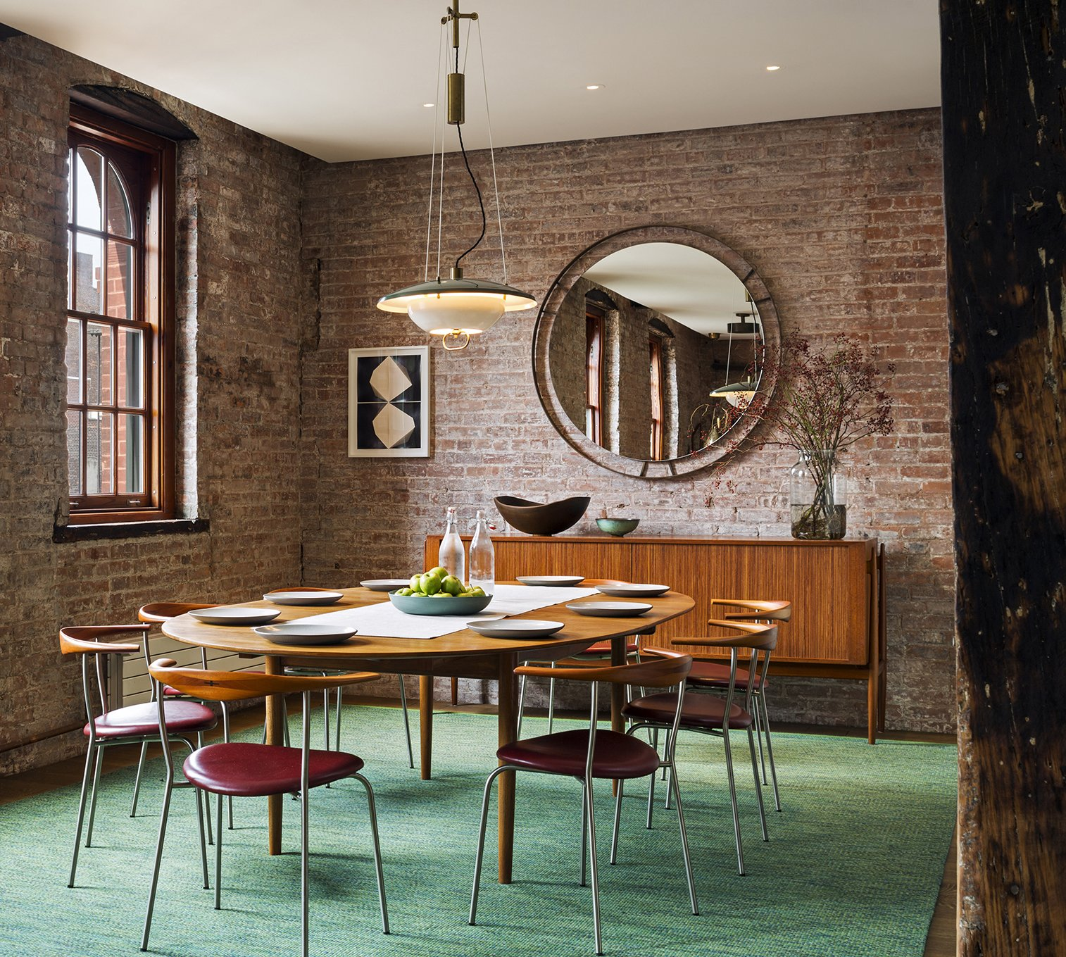 Light and open vintage furnishings contrast with the industrial character of the space.