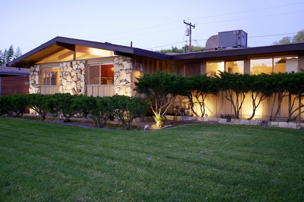 """The """"Californian"""" model is an """"L"""" shaped house. Photo 2 of Kallin Rancho modern home"""