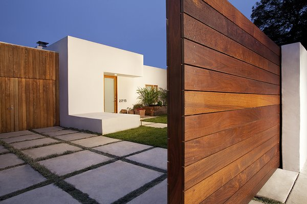 Modern home with outdoor and front yard. Photo  of Elise
