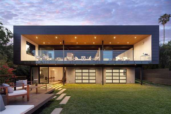 Modern home with outdoor and back yard. Photo  of Paseo Ferrelo