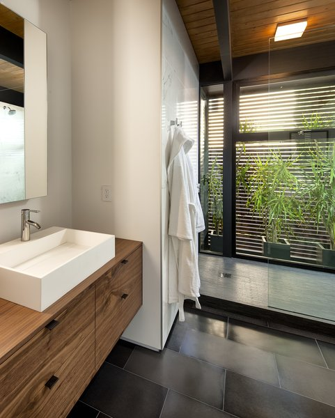 Modern home with bath room. Photo 11 of Paseo Ferrelo