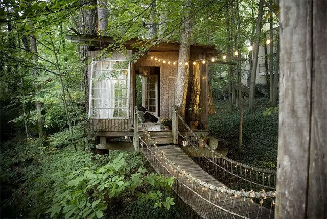 Never have we ever wanted to walk (no, leap!) across a rickety bridge with such gusto… If you agree, welcome to the fairytale tree house of your childhood fantasies. Only this one isn't imaginary, it's in Atlanta, Georgia, and it comes complete with chirping birds, a flowing stream, and a canopy of trees. There are three separate structures, all connected by the aforementioned rope bridges. 7 Breathtaking Tree Houses You Can Actually Rent on Airbnb - Photo 6 of 7