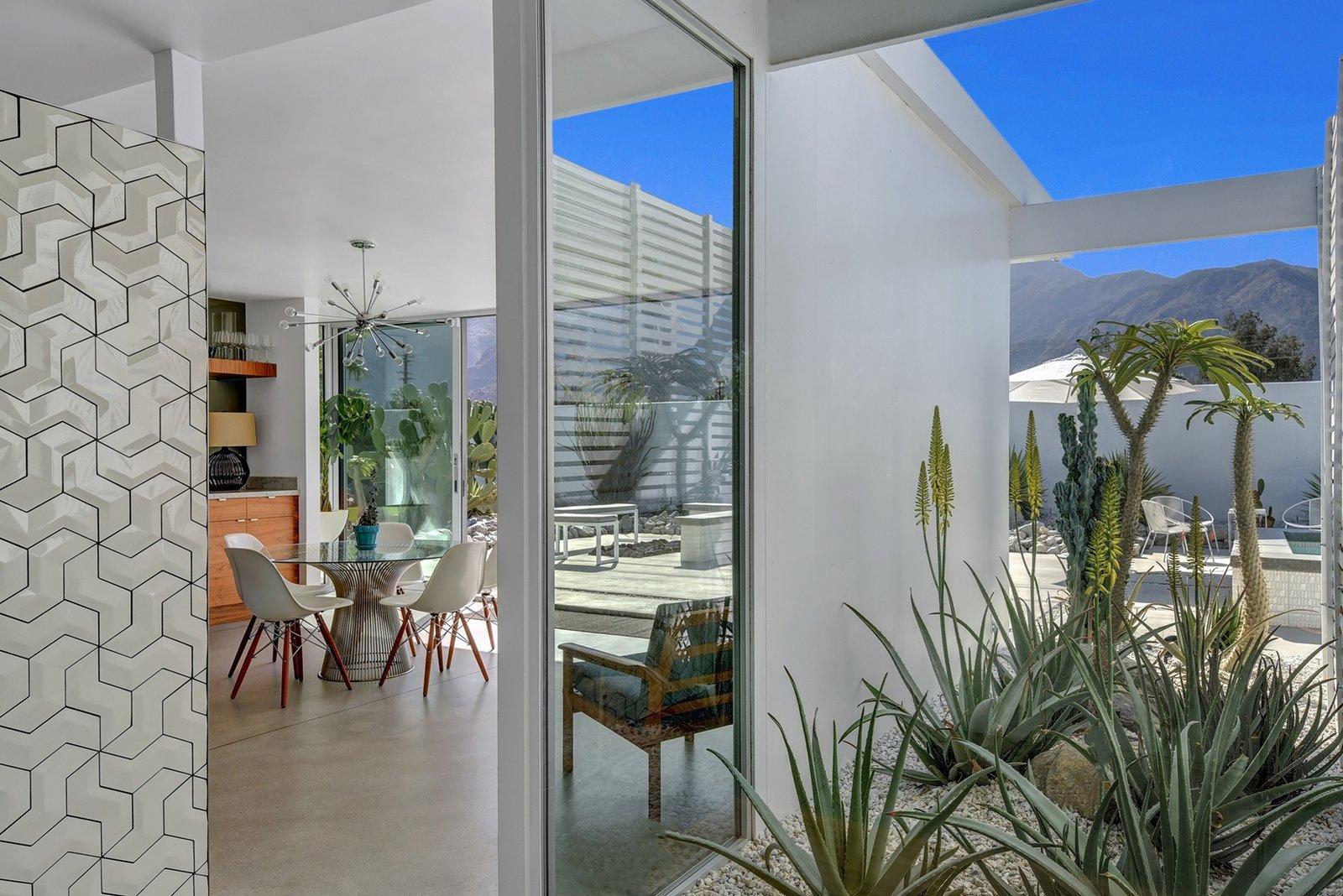 Donald Wexler Himself Helped Renovate This Palm Springs Prefab Rental