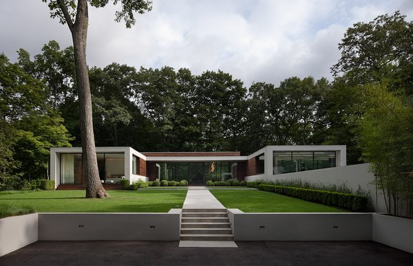 Photographer: Elizabeth Felicella Photo  of New Canaan Residence modern home