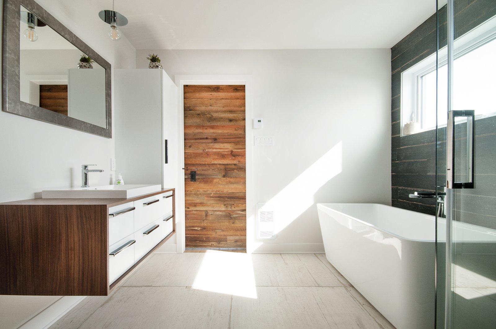 Main bathroom with RIOBEL faucets, custom made sliding door and RAMACIERI SOLIGO tiles  Concept DUB House by Concept Dub