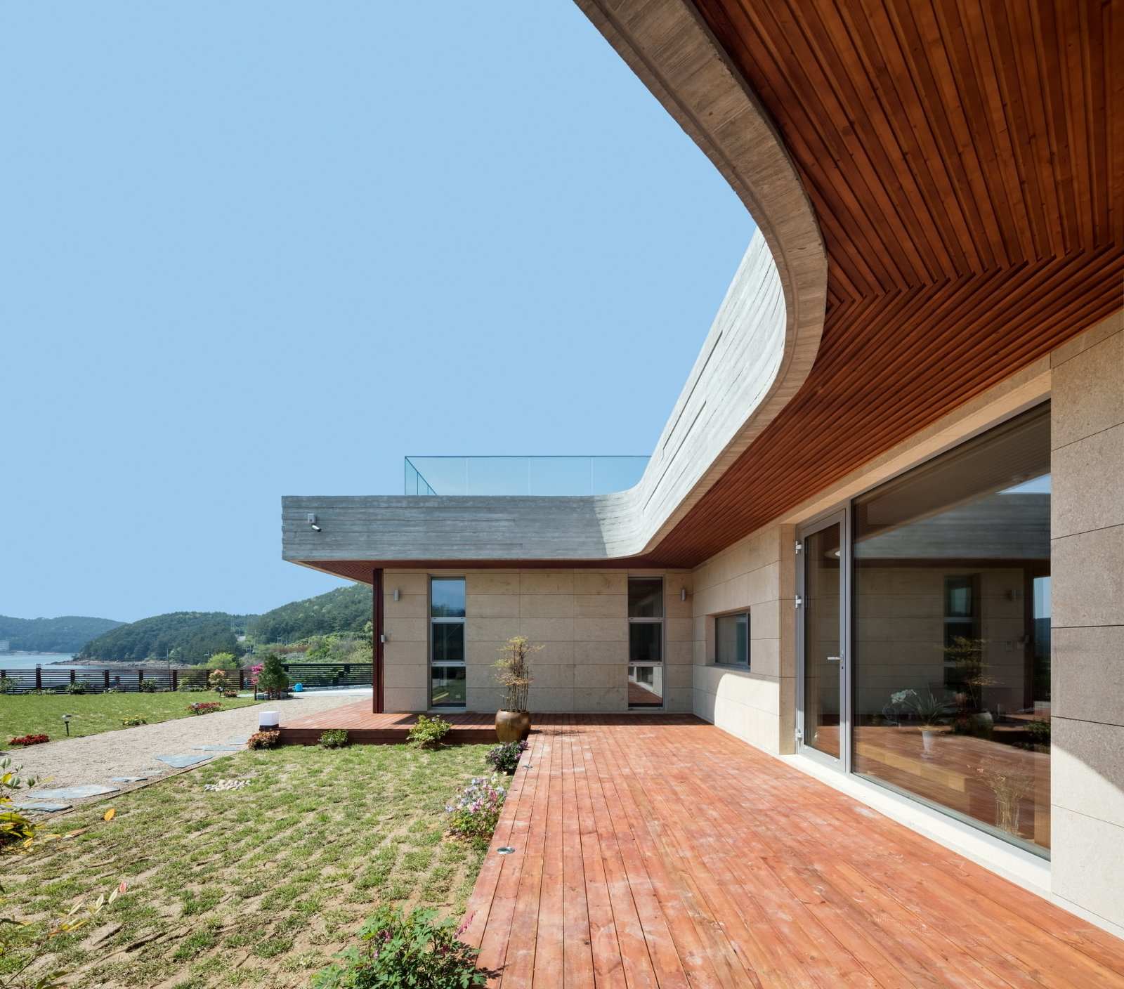 Geoje House (迎海雅院) by 2m2 architects