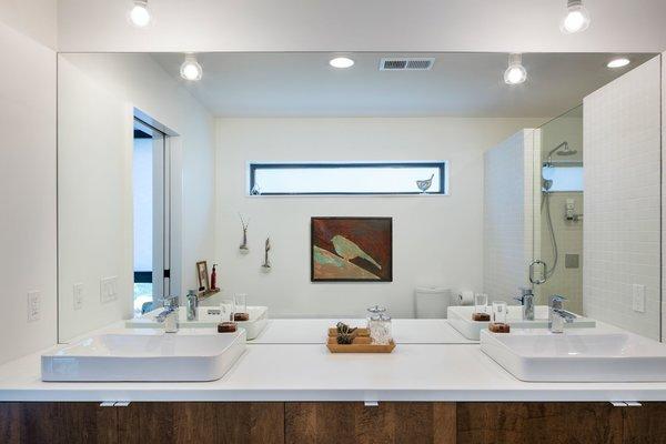 Modern home with bath room. Master bath Photo 6 of Modern Lodge