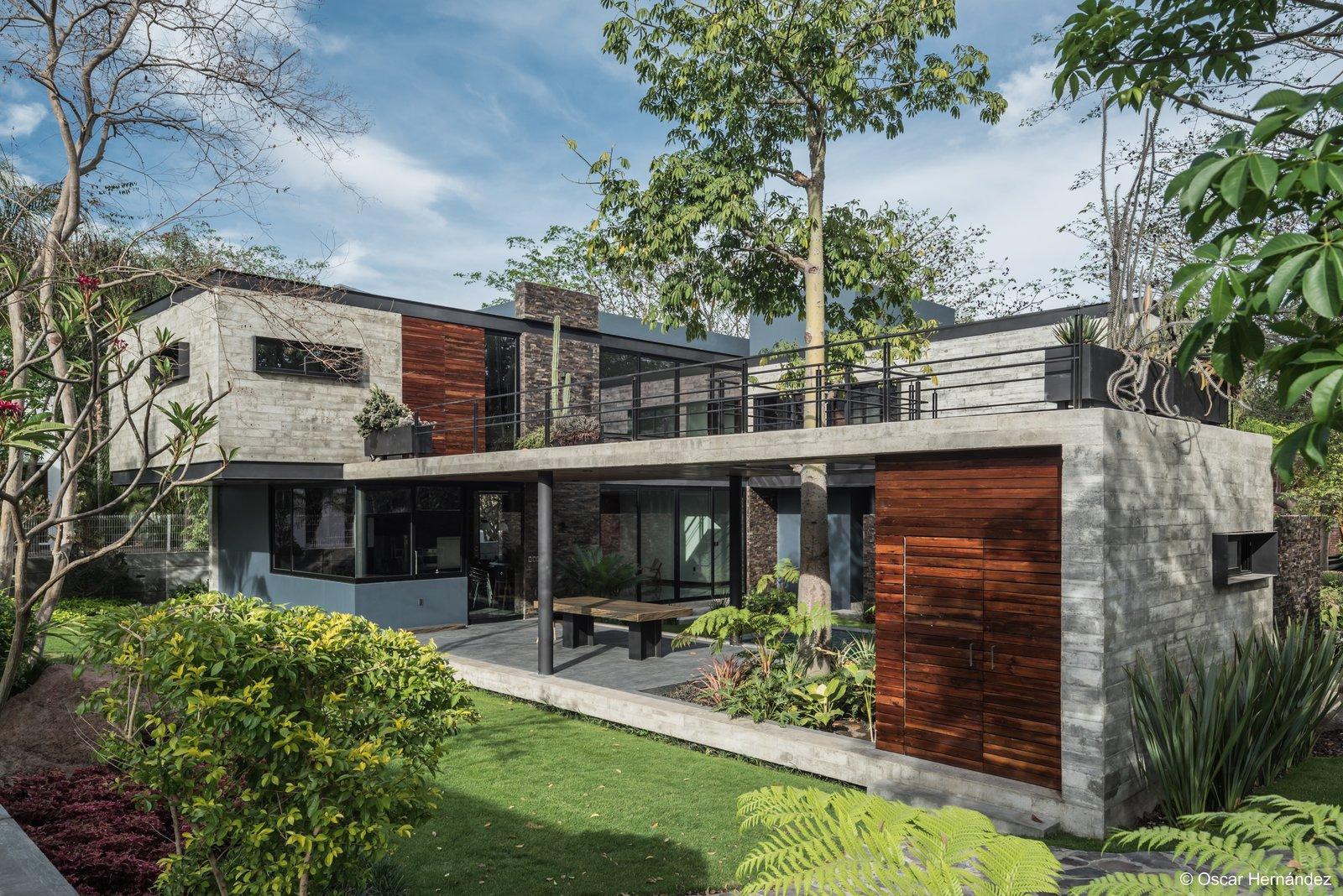 Cantilever on backyard  Casa Kalyvas by Taller de Arquitectura