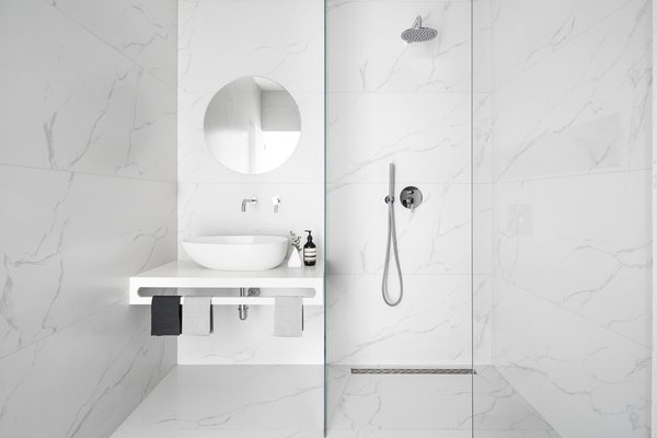 Minimalist monochromatic bathroom   Photo 18 of White Space in the White City modern home