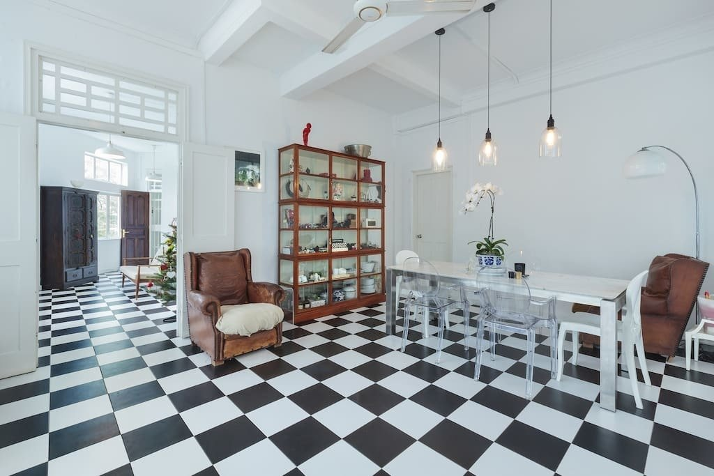 Close to Singapore's main downtown shopping street – Orchard Road, this commodious 2,500 square feet apartment with black and white chequered tile floors and comfy leather armchairs brings elements from Singapore's colonial into the present.